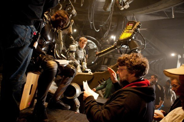 pacific-rim-set-photo-elba-hunnam-del-toro-600x400.jpg